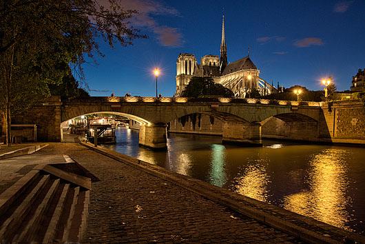 Quai de la Tournelle, Pont de l'Archevêché et la Cathédrale Notre-Dame la nuit, Paris (75005)